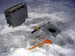 На тонкий декабрьский лед уже выходят любители зимней рыбалки