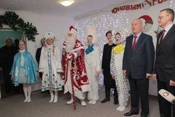 Мэр Хабаровска Александр Соколов посетил новогодние утренники в пунк-тах длительного размещения граждан, пострадавших от наводнения. Взрослые и дети получили от главы города сердечные поздравления и подарки