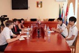 Во время встречи в администрации Хабаровска школьники из Пучона – корейского города-побратима – сердечно поблагодарили за прием специалистов мэрии