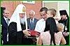 Глава РПЦ вручил ключи от квартир хабаровчанам, пострадавшим во время наводнения