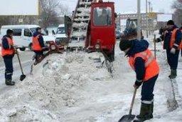 Коммунальные предприятия и привлеченные организации расчищают улицы от снега в Хабаровске