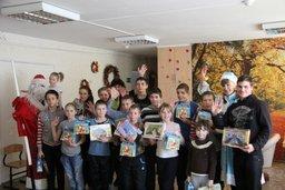 Сотрудники Госавтоинспекции Хабаровского края поздравили с новогодними праздниками воспитанников подшефных детских домов