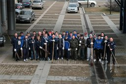 Хоккеисты, тренеры и сотрудники ХК Амур провели субботник вокруг Платинум Арены