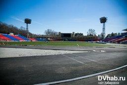На стадионе им. Ленина началась склейка газона на футбольном поле и...
