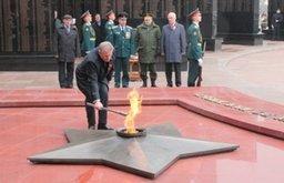 В Хабаровске на мемориальном комплексе площади Славы зажжен Вечный огонь