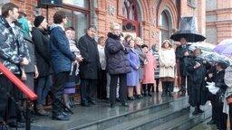 У входа в ТЮЗ торжественно открыли мемориальную доску композитора Александра Вячеславовича Новикова