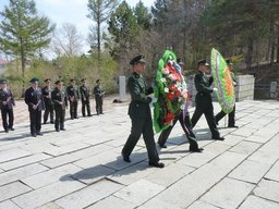 Пограничники России и Китая возложили венки к памятнику советским морякам-амурцам в Фуюане