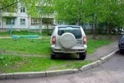На сумму почти в полмиллиона рублей пополнился городской бюджет за счет штрафов за парковку на газонах и тротуарах в Хабаровске
