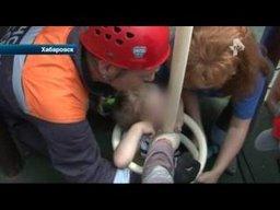 В Хабаровске девочка застряла на детской площадке