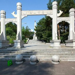 Ворота мемориального парка в честь советских десантников