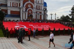 Огромное знамя Победы в Хабаровске