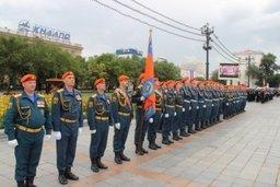 Спасатели Амурского спасательного центра МЧС России прошли торжественным маршем по главной площади Хабаровска