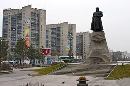 С 1958 года прибывающих в Хабаровск по железной дороге встречает Ерофей Хабаров