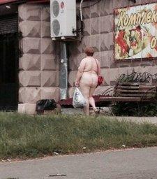 Женщина солидного возраста прогулялась голышем по центру Комсомольска