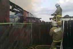 Огнеборцы в Хабаровске ликвидировали загорание деревянной хозяйственной постройки