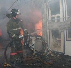 Пожарные ликвидировали пожар в продуктовом киоске в Хабаровске