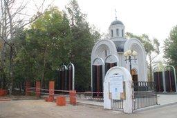 Мэр Хабаровска Александр Соколов проверил ход работ по строительству новой ограды Центрального кладбища Хабаровска