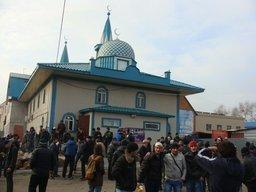 Мусульманам в Хабаровске приходится молиться в грязных лужах