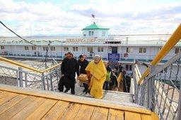Работники РПЦ провели торжественную встречу ковчега с мощами святого равноапостольного князя Владимира в хабаровском аэропорту