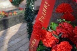 В Хабаровске волонтёры провели осеннюю уборку на могилах воинов