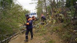 На Сахалине спасатели МЧС России оказывают помощь населению по ликвидации последствий циклона