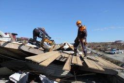 Спасатели ликвидировали угрозу обрушения поврежденной кровли здания на Сахалине