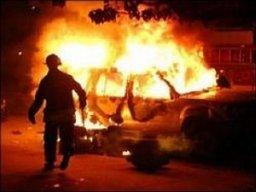 В Хабаровске два пожарных расчета тушили легковой автомобиль