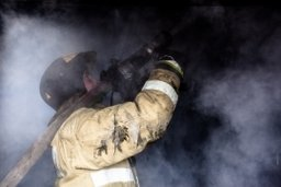 В Хабаровске пожарные выезжали на тушение сторожки в ГСК