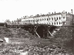 23 Мост через речку Плюснинку, на месте которой в 1960-х был разбит Уссурийский бульвар