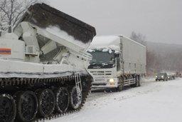 Спасатели Амурского спасцентра МЧС России для ликвидации затора на дороге применили тяжелую инженерную технику