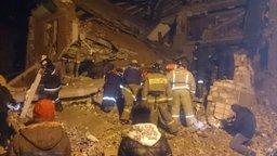 В результате поисковых мероприятий спасателями из-под завалов разрушенного подъезда извлечена живая девочка