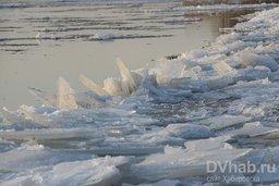 С приходом в Хабаровск минусовых температур Амур начал покрываться льдом
