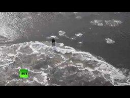 Сотрудники МЧС спасли двух подростков, уплывших на льдине