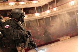 Сотрудники регионального подразделения спецназа УФСБ России по Хабаровскому краю во время антитеррористических учений по освобождению заложников в амурском театре драмы