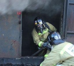 Около получаса потребовалось пожарным для ликвидации загорания в ГСК по улице Стрельникова в Хабаровске