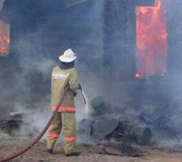 Пожарные подразделения города Хабаровск привлекались к тушению нежилого деревянного дома
