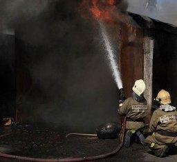 Три гаража-кладовые на улице Тихоокеанской тушили хабаровские огнеборцы