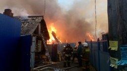 Огнеборцы ликвидируют пожар на улице Авиационной в Хабаровске
