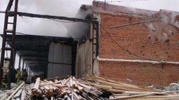 Пожарные ликвидируют возгорание на складе сэндвич-панелей в Хабаровске