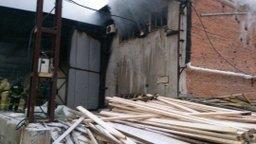 Пожарные Хабаровска ликвидировали открытое горение на складе сэндвич-панелей