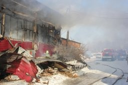 Пожарные ликвидировали открытое горение в боксе на Матвеевском шоссе в Хабаровске