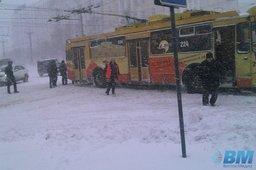 Пассажиры вытолкали застрявший троллейбус