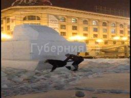 Кубы спрессованного снега на главной площади Хабаровска подростки превратили в скалодром