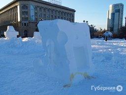Желтые следы появились на снежной скульптуре «Губка Боб» в центре Хабаровска