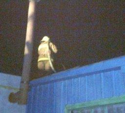 Два пожарных расчета привлекались для ликвидации загорания на крыше частного дома в Хабаровске