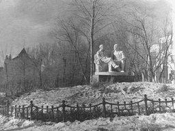 Скульптурная группа в хабаровском ЦПКиО, изображающая Сталина и Ленина, сидящих на скамейке