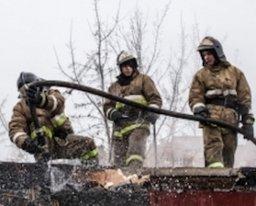 Крышу частного дома по переулку Ульяновскому тушили хабаровские пожарные