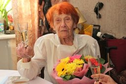 Друзья, гости, цветы и шампанское: хабаровчанка Анна Филиппова встретила свой 100-летний юбилей с оптимизмом