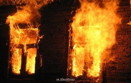Женщина и двое маленьких детей, проживавшие в заброшенном здании котельной в Хабаровском крае, погибли во время пожара