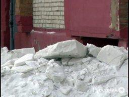 Снежная лавина накрыла автомобили, припаркованные во дворе пятиэтажки под Хабаровском